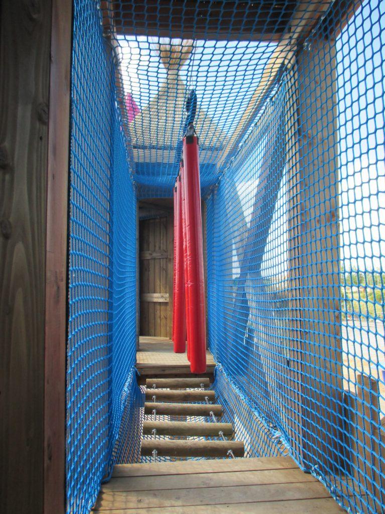 Les ateliers de motricité comme la passerelle rondins de l'Acro'Brik haut
