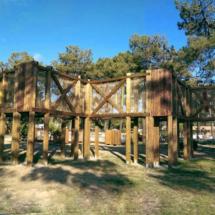 Aire de jeux Acro'Brik Haut et Bas dans un environnement boisé